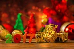 Weihnachts- und des neuen Jahreshintergrund mit Dekorationen Lizenzfreie Stockbilder