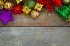 Weihnachts- und des neuen Jahreshintergrund mit Dekorationen Stockbild