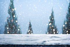 Weihnachts- und des neuen Jahreshintergrund mit hölzerner Plattformtabelle über Weihnachtsbaum, Stockfotos