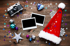 Weihnachts- und des neuen Jahreshintergrund mit Kamera, Dekorationen und Fotorahmen Stockfotos