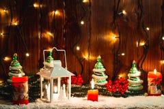 Weihnachts- und des neuen Jahreshintergrund mit Weihnachten leuchten Laterne und Weihnachtsbaumaste, Schnee und Dekorationen durc Lizenzfreie Stockfotos