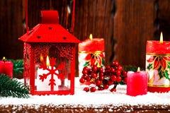 Weihnachts- und des neuen Jahreshintergrund mit Weihnachten leuchten Laterne und Weihnachtsbaumaste, Schnee und Dekorationen durc Stockfoto