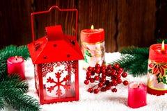 Weihnachts- und des neuen Jahreshintergrund mit Weihnachten leuchten Laterne und Weihnachtsbaumaste, Schnee und Dekorationen durc Lizenzfreies Stockfoto