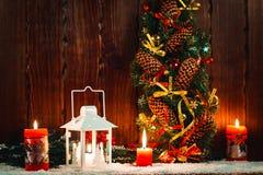 Weihnachts- und des neuen Jahreshintergrund mit Weihnachten leuchten Laterne und Weihnachtsbaumaste, Schnee und Dekorationen durc Lizenzfreies Stockbild