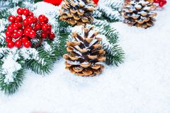 Weihnachts- und des neuen Jahreshintergrund mit Weihnachtsbaumasten auf Schnee Stockbild