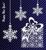 Weihnachts- und des neuen Jahreshintergrund, Präsentkarton hergestellt von den Schneeflocken Stockfotografie