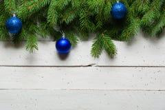 Weihnachts- und des neuen Jahreshintergrund Weihnachtsbaumast auf einem weißen planc Hintergrund Ansicht von oben Stockfotos