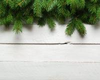 Weihnachts- und des neuen Jahreshintergrund Weihnachtsbaumast auf einem weißen planc Hintergrund Ansicht von oben Stockbild