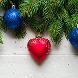 Weihnachts- und des neuen Jahreshintergrund Weihnachtsbaumast auf einem weißen planc Hintergrund Ansicht von oben Lizenzfreie Stockfotos