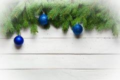 Weihnachts- und des neuen Jahreshintergrund Weihnachtsbaumast auf einem weißen planc Hintergrund Ansicht von oben Lizenzfreie Stockbilder