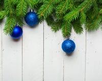 Weihnachts- und des neuen Jahreshintergrund Weihnachtsbaumast auf einem weißen planc Hintergrund Ansicht von oben Stockfotografie
