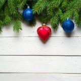 Weihnachts- und des neuen Jahreshintergrund Weihnachtsbaumast auf einem weißen planc Hintergrund Ansicht von oben Stockfoto