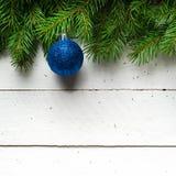 Weihnachts- und des neuen Jahreshintergrund Weihnachtsbaumast auf einem weißen planc Hintergrund Ansicht von oben Lizenzfreies Stockbild