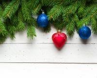 Weihnachts- und des neuen Jahreshintergrund Weihnachtsbaumast auf einem weißen planc Hintergrund Ansicht von oben Lizenzfreie Stockfotografie