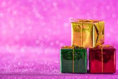 Weihnachts- und des neuen Jahreshintergrund Weihnachtsdekorationsgeschenkbox Stockfotos