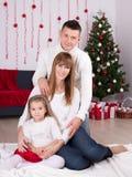 Weihnachts- und des neuen Jahreskonzept - Familie mit verziertem Weihnachten Lizenzfreie Stockfotos