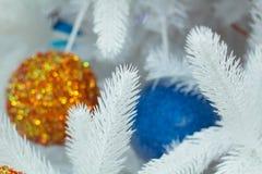 Weihnachts- und des neuen Jahressaisondekoration auf Abies grandis-Baumesprit Stockfotos