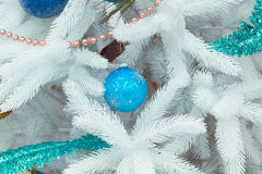 Weihnachts- und des neuen Jahressaisondekoration auf Abies grandis-Baumesprit Stockbilder