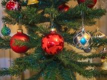 Weihnachts- und des neuen Jahressymbol, grüner Weihnachtsbaum mit bunten Weihnachtsbaumspielwaren, künstliche Beleuchtung stockfoto