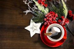 Weihnachts- und des neuen Jahrestasse kaffee mit Zimt auf hölzernem Hintergrund mit Dekorationen Lizenzfreies Stockfoto