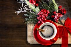 Weihnachts- und des neuen Jahrestasse kaffee mit Zimt auf hölzernem Hintergrund mit Dekorationen Stockfotografie