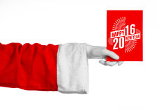 Weihnachts- und des neuen Jahresthema 2016: Santa Claus-Hand, die einen roten Gutschein auf einem weißen Hintergrund im Studio lo Stockfoto