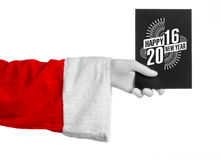 Weihnachts- und des neuen Jahresthema 2016: Santa Claus-Hand, die einen schwarzen Gutschein auf einem weißen Hintergrund im Studi Stockbilder