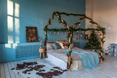 Weihnachts- und des neuen Jahresverziertes Schlafzimmer Dachbodenart lizenzfreie stockbilder