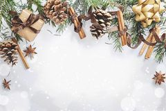 Weihnachts- und des neuen Jahreszusammensetzung Geschenkbox mit Band, Tannenzweige mit Kegeln, Sternanis, Zimt auf weißem Hinterg