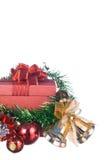 Weihnachts- und guten Rutsch ins Neue Jahr-Geschenkbox mit Dekorationen und Farbball lokalisiert auf weißem Hintergrund Lizenzfreies Stockfoto