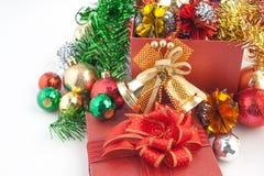 Weihnachts- und guten Rutsch ins Neue Jahr-Geschenkbox mit Dekorationen und Farbball lokalisiert auf weißem Hintergrund Stockbilder