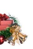 Weihnachts- und guten Rutsch ins Neue Jahr-Geschenkbox mit Dekorationen und Farbball lokalisiert auf weißem Hintergrund Lizenzfreie Stockfotos