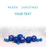 Weihnachts- und guten Rutsch ins Neue Jahr-Karte mit blauen Bällen und einem freien Winkel des Leistungshebels Stockfotos