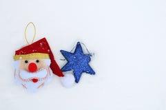 Weihnachts- und Hanukkah-Feiertagsdekorationen auf Schnee Stockbild