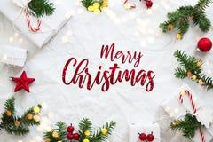 Weihnachts- und Neujahrsfeiertaghintergrund Ausführliche 3d übertragen Der Junge gelegt auf den Schnee lizenzfreie stockfotos