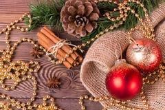 Weihnachts- und Neujahrsfeiertaghintergrund Weihnachtsdekor auf einem Holztisch Lizenzfreies Stockfoto