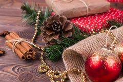 Weihnachts- und Neujahrsfeiertaghintergrund Weihnachtsdekor auf einem Holztisch Stockfotografie