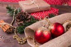 Weihnachts- und Neujahrsfeiertaghintergrund Weihnachtsdekor auf einem Holztisch Stockfoto
