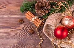 Weihnachts- und Neujahrsfeiertaghintergrund Weihnachtsdekor auf einem Holztisch Draufsicht, Leerstelle Stockbilder