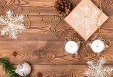 Weihnachts- und Neujahrsfeiertaghintergrund Weihnachtsdekor auf einem Holztisch Draufsicht, Leerstelle Lizenzfreie Stockfotos