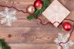 Weihnachts- und Neujahrsfeiertaghintergrund Weihnachtsdekor auf einem Holztisch Draufsicht, Leerstelle Stockbild