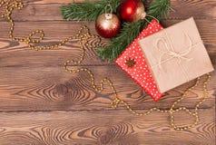 Weihnachts- und Neujahrsfeiertaghintergrund Weihnachtsdekor auf einem Holztisch Draufsicht, Leerstelle Lizenzfreies Stockfoto