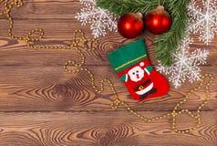 Weihnachts- und Neujahrsfeiertaghintergrund Weihnachtsdekor auf einem Holztisch Draufsicht, Leerstelle Stockfotografie