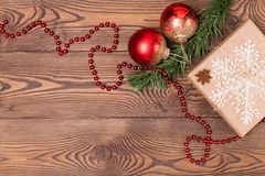 Weihnachts- und Neujahrsfeiertaghintergrund Weihnachtsdekor auf einem Holztisch Draufsicht, Leerstelle Lizenzfreies Stockbild