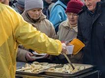 Weihnachtsabend für armes und obdachloses auf dem Hauptplatz in Krakau Jedes Jahr bereitet die Gruppe Kosciuszko den größten Vora lizenzfreie stockbilder