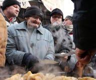 Weihnachtsabend für armes und obdachloses auf dem zentralen Markt in Krakau Stockfotos