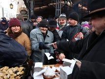 Weihnachtsabend für armes und obdachloses auf dem zentralen Markt in Krakau Stockfotografie