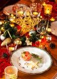 Weihnachtsabends-Abendessengedeck mit Dekorationen Stockfoto