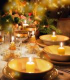Weihnachtsabendtisch mit Weihnachtsstimmung Stockbild