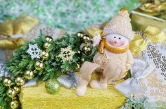 Weihnachtsanordnung in den Grün- und Goldtönen Netter Schneemann, Geschenkdekorationen Stockfotografie